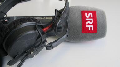 Mikrofon mit SRF-Logo und Kopfhörer