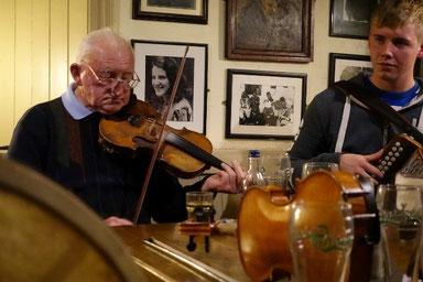 フィドルを弾いているのはアイルランドを代表するバンジョー奏者「ジェリー・オコナー」のお父さんの「リアム・オコナー」。