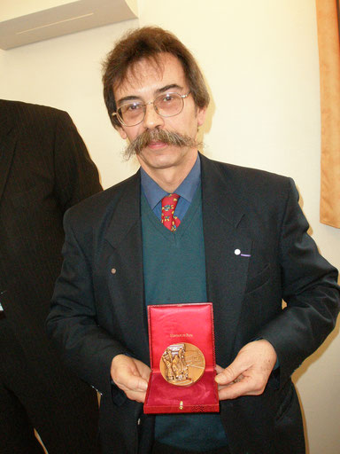 Guy Geymann présentant sa médaille