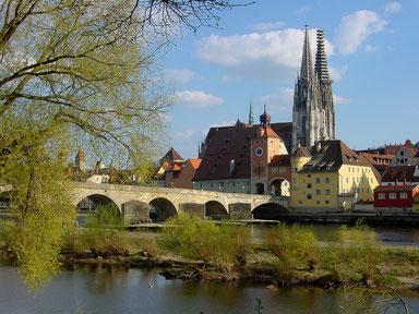 Blick über die Donaubrücke in Regensburg