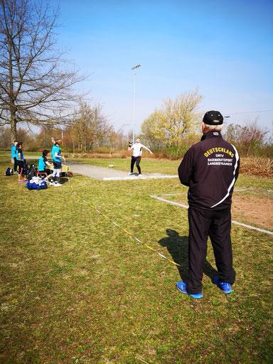 LSW-Bundestrainer Kurt Büttler beobachtet die Steinstoßriege.