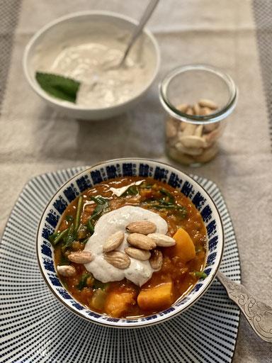Sommerliches Gemüse-Dahl mit Tahin-Topping & Ghee-Mandeln