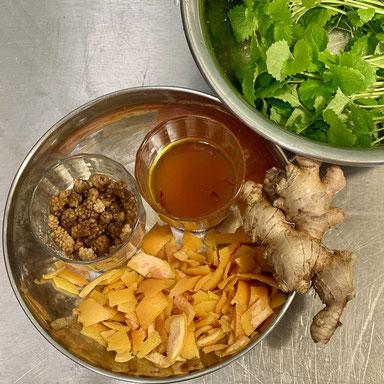 Einige der Zutaten für die neue Chargen: Maulbeeren, Safran, Grapefruitschalen, Ingwer, Zitronenmelisse