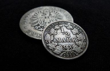 Historische Silbermünzen mit natürlicher Patina als Qualitätsmerkmal