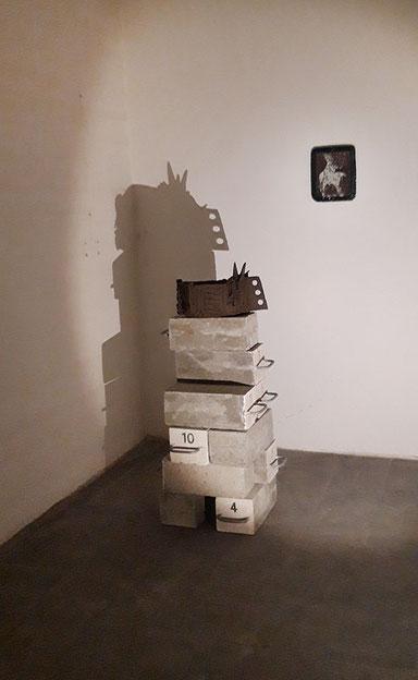 """""""... auf Sand gebaut ..."""", Installationsansicht, """" archaic-ritual-objects"""" in Raum 12, Hochbunker Kassel, 2019, Kunst, Katrin Leitner"""