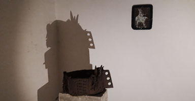 """Katrin Leitner, Kunst, Ausstellung, Keramik, """"... auf Sand gebaut ..."""", Installationsansicht, """" archaic-ritual-objects"""" in Raum 12, Hochbunker Kassel, 2019"""