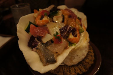 夕飯は海沿いにある『珊瑚礁』というお店で。こちらはシーフードサラダ!!レタスが見えないw