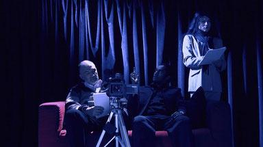 Les filles sont engagées par un étrange producteur de films d'horreur.