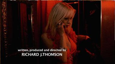 Le film commence par un strip-tease en cabaret, puis la danseuse est suivie par un inquiétant personnage.