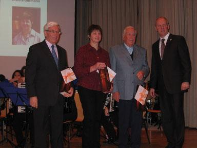 Ehrung beim Neujahrsempfang der Gemeinrde Münstertal durch Herrn Bürgermeister Ahlers, hier wurde Waldemar Ortlieb für 10 Jahre Initiative zur Erhaltung unserer Volkslieder anerkennend gewürdigt.