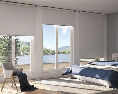 Schalfzimmer mit Rollo und tollen Blick auf einen See