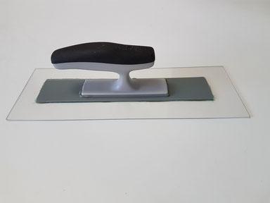 """Glättkelle """"Plexi"""", mit 1,5 mm Plexiglasblatt, daher besonders flexibel, ergonomischer Griff. Preis: 28 EUR/Stk. inkl. Mwst. Auch als Leihwerkzeug erhältlich"""