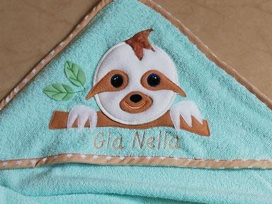 Personalisiertes Kapuzen Badetuch Faultier mit Namen in deiner Wunschfarbe und mit Namen bestickt