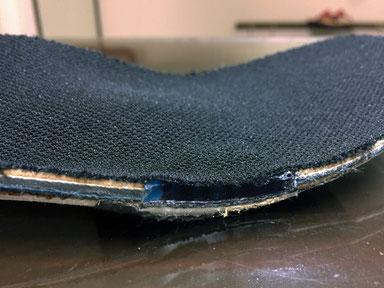 小指の胼胝が当たるところにジェル素材(青色)のクッションを入れてあります