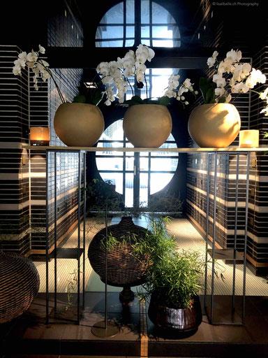 Überall schöne Blumenarrangements. Viel Eleganz, dunkle Akzente und beruhigende Elemente. Die vielen Orchideen erinnern mich persönlich auch an die schönen Spa in Thailand. Viel Liebe zum Detail!