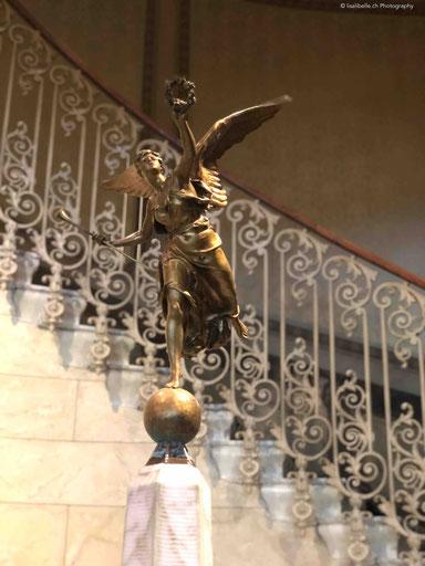 Die Victoria stolz auf den Brunnen im Treppenhaus