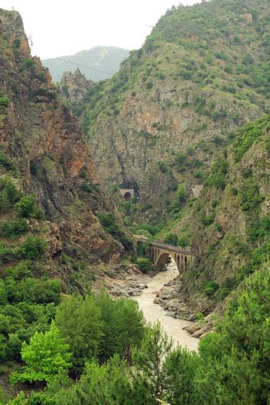 Mit vielen Tunneln durch den Canyon