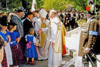 Der Kardinal segnet die Kinder unseres Ortes