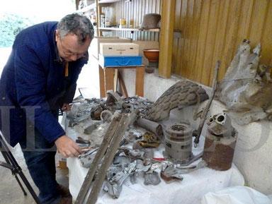 Pezzi di un B-26 americano mentre vengono preparati per le riprese dal regista Mauro Vittorio Quattrina, grazie al Dott. Odorico TONELLO