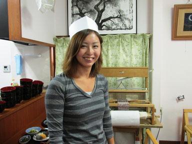 取材に来たTVプロダクションのAD、西垣さんがが飛び入りでお手伝いしてくれました。 輝く笑顔は天使の笑顔です。