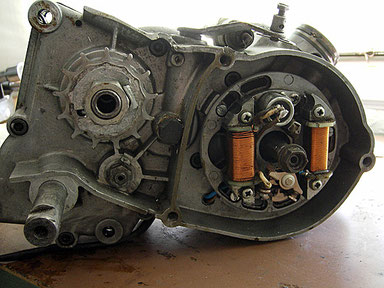 Detalle interior del volante magnético con sus dos bobinas y el ruptor