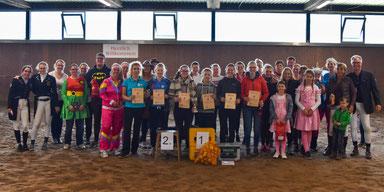 Die Teilnehmer des Fünfkampfes beim RV Engter feiern die Siegerehrung in ihren ausgefallenen Kostümen