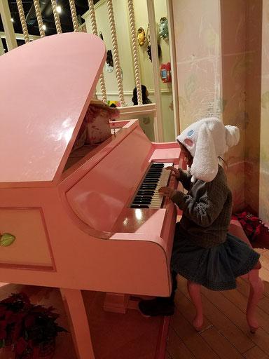 記事と関係ない写真だけど。ピンクのピアノ。think pink.的な。
