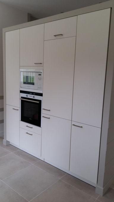 Projet de cuisine à Arcachon par MP intérieurs, Architecte d'intérieur UFDI : vue terminée du bloc fours et rangements.