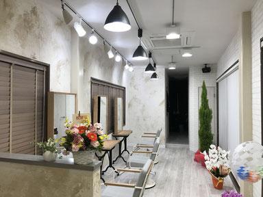 レールの位置は建物の凹凸を利用して、オーナーお気に入りのペンダント照明、T社のスポットライト、T社のLED電球の組み合わせ