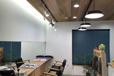 レールの位置はオリジナル設計、D社の天井照明、O社のペンダント照明とスポットライト、T社のLED電球の組み合わせ