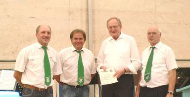 Ehrung für Pfarrer Adalbert Graf beim 40-jährigen Gründungsfest der DJK Haselbach. Der damalige Kaplan war Gründungsmitglied und zugleich geistlicher Beistand des Vereins.