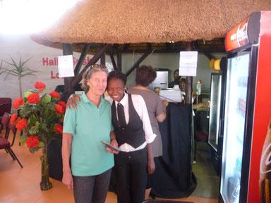 Karin Gräfin Dönhoff mit einer Baumgartsbrunn-Schülerin -  nun bei der Sushi-Bar beschäftigt