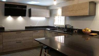 cuisine intérieur design  toulouse gris et bois avec ilot central et mur de colonnes plan de travail en silestone