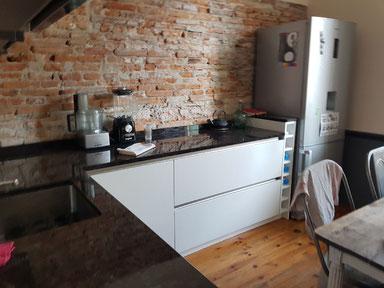 cuisine intérieur design  toulouse laque mat blanche plan de travail noir sans poignée