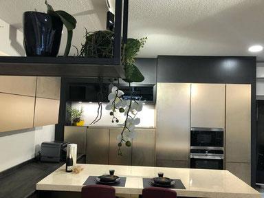 cuisine intérieur design  toulouse  mur du colonnes en laque champagne ilot central effet marbre siliestone