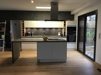 cuisine interieur design toulouse laque mate blanche sans poignée avec îlot central niches en bois