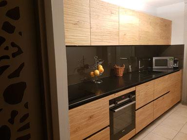Une magnifique cuisine en véritable bois de chez notre fournisseur Gaïo, un plan de travail en granit noir Zimbabwe, le tout accompagné d'une magnifique porte en moucharabieh faite par 2AI fabrication, superbe réalisation de cette cuisine équipée, sur mes