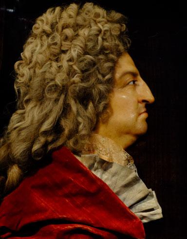 Un portrait vériste, en relief, avec tissus et perruque mais sans complaisance, d'un roi-soleil vieillissant