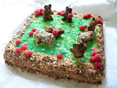 Ванильный бисквит с ананасовой прослойкой и сливочным кремом. Украшен фигурками, вылепленными из шоколада и крошки, и свежей садовой малиной.