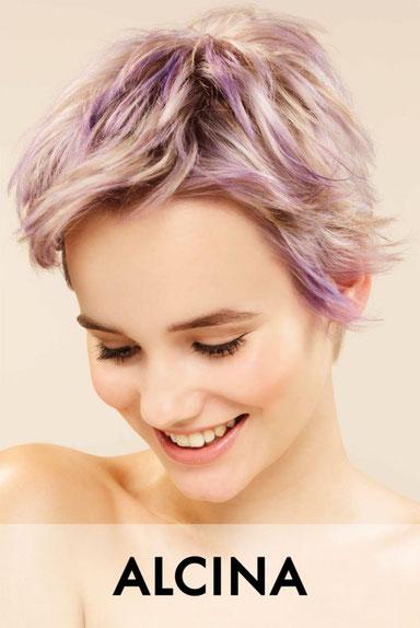graue lange haare damenfrisur grau lang siver hair pastell hair dauerwelle hellerfärbung highlights foliensträhnen kammsträhnen blondierung intensivtönung paintings