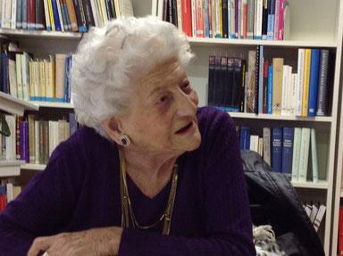 Elly Koch bei ihrem Besuch im Frauenkulturarchiv im Juni 2014. Bild Elisabeth Ludwig.
