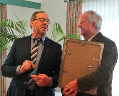 Alfons Linder wird von Rudi Heilig für 50-jährige Treue geehrt