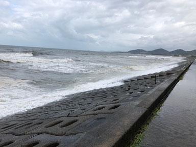 満潮時刻は、波が押し寄せてきて上まで上がってます。
