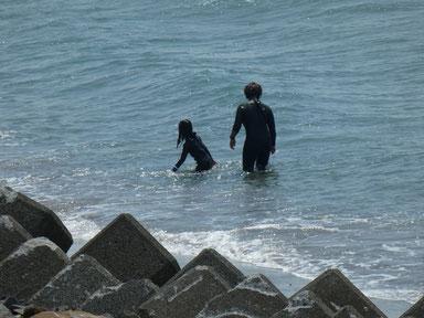 このお二人はサーフィン終わったら潜るのに夢中!