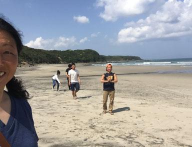 満腹になり過ぎたのでみんなで少し潮が満ちるまでビーチを散策~