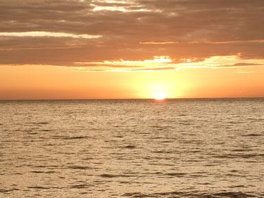 今日も海がオレンジに染まりました。