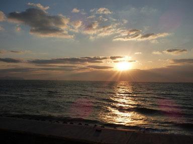 下の雲に隠れる前の夕日~