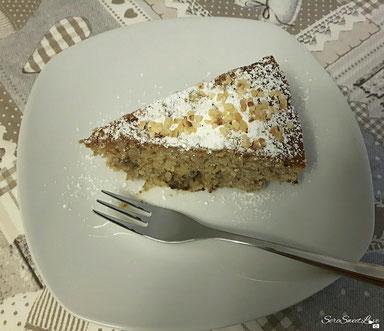 Dettaglio fetta singola della torta alle banane cioccolato zucchero a velo e granella di nocciola