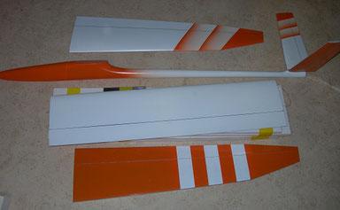 planeur Miraj Aeromod démonté sur une table, de couleur blanc et orange