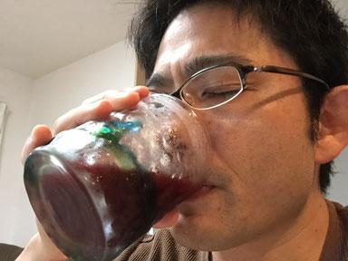 チアシード入り野菜ジュースをのむガーデンドクター柴ちゃん。
